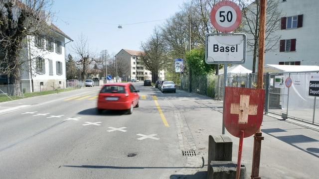 Ein Auto passiert einen unbewachten Grenzübergang aus dem Elsass nach Basel.