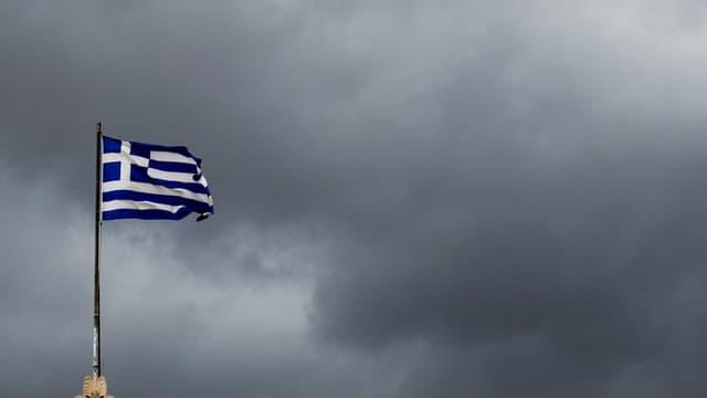Ina bandiera grecca sgulatscha davant in tschiel nivlus