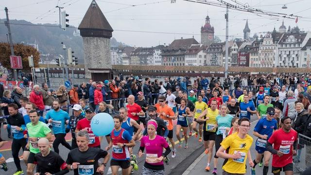 Läuferinnen und Läufer auf der Seebrücke am 10. Marathon in Luzern.