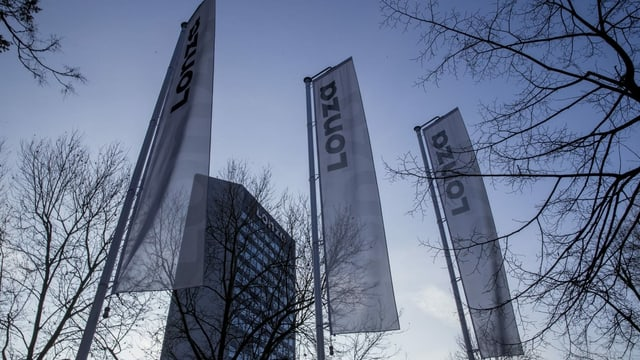 Lonza-Flaggen vor dem Hauptsitz in Basel