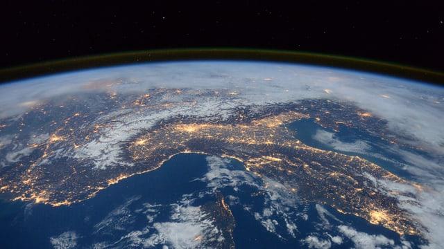 Blick von der Raumstation ISS auf Italien, die Alpen und das Mittelmeer.
