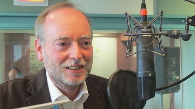 Hans Ulrich Glarner im SRF-Studio hinter dem Mikrofon.