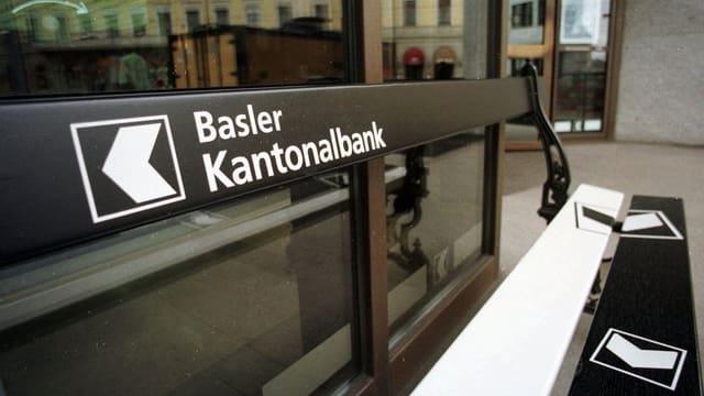 Sitzbank mit dem Logo der Bsaler Kantonalbank.