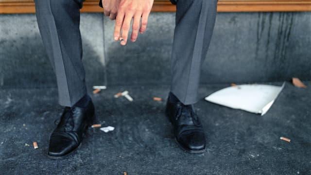 Die Beine eines Mannes in Anzug.