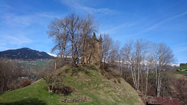 La ruina dal chastè Castelberg, bein zuppada sin il crest da Chischlatsch.