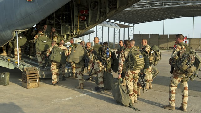 Französische Soldaten besteigen im Tschad ein Militärflugzeug nach Mali. (keystone)