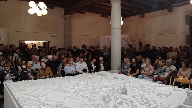 Viele Leute sitzen und stehen um ein Modell der Stadt Solothurn.