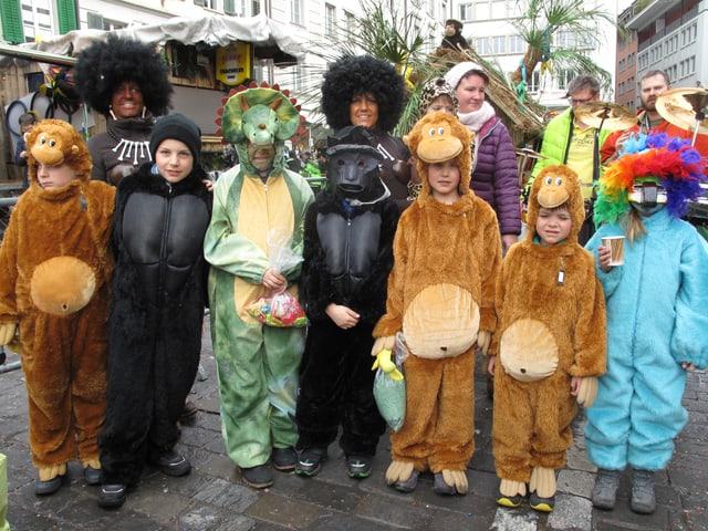 Gruppe von kostümierten Affen und anderen Tiere unterwegs am Kinderumzug der Luzerner Fasnacht 2017.