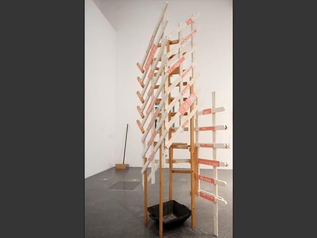 Kunstwerk-Gerüst mit Becken darunter in einem Ausstellungsraum