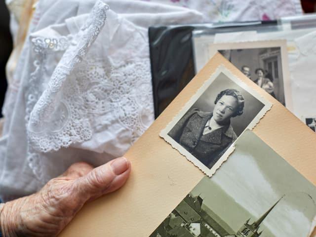 Hand von Anna Mühlemann mit Fotoalbum