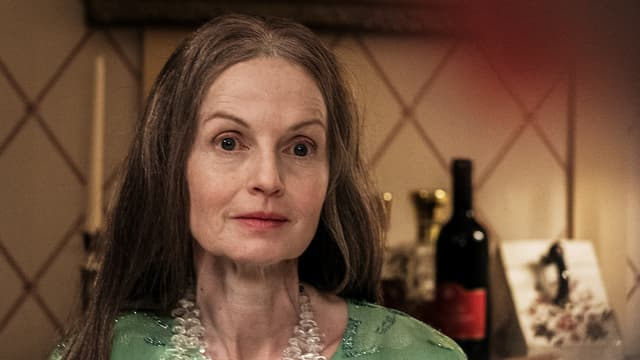 Frau mit langen Haaren in einem Wohnzimmer.