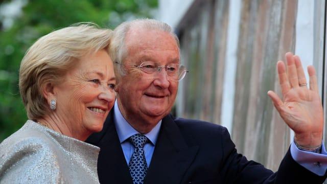 Ex-Königin Paola und Ex-König Albert II. winken den Menschen zu.