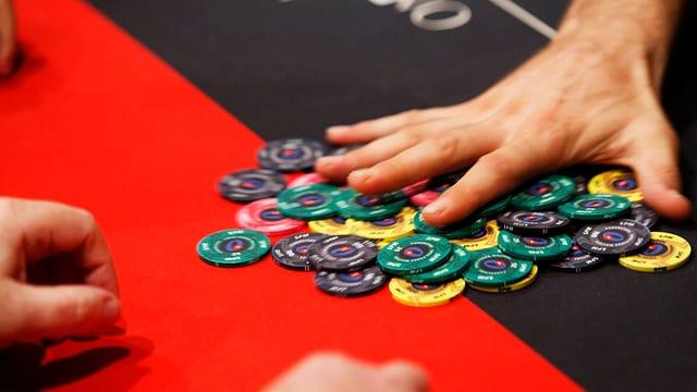 Pokerchips und eine Hand