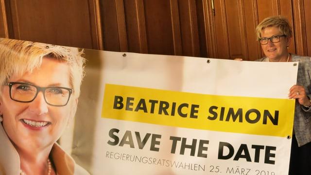 Beatrice Simon mit einem Wahlplakat.