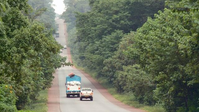 Fahrzeuge auf afrikanischer Strasse