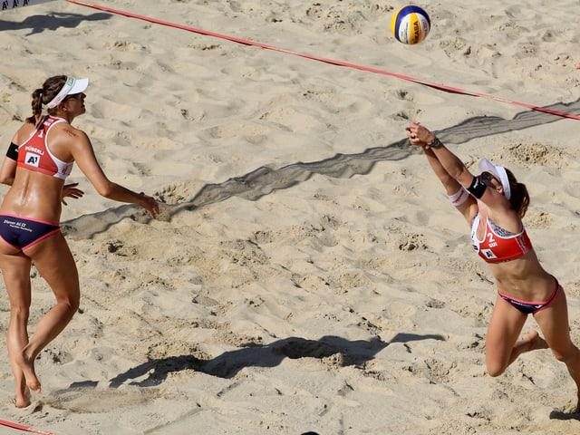 Tanja Hüberli und Nina Betschart beim Beachvolleyspiel