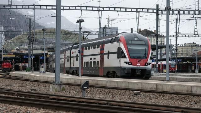 Tren da l'SBB en la staziun da Cuira