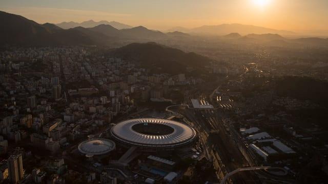 Rio mit dem Maracana Stadium aus der Luft bei Sonnenuntergang.