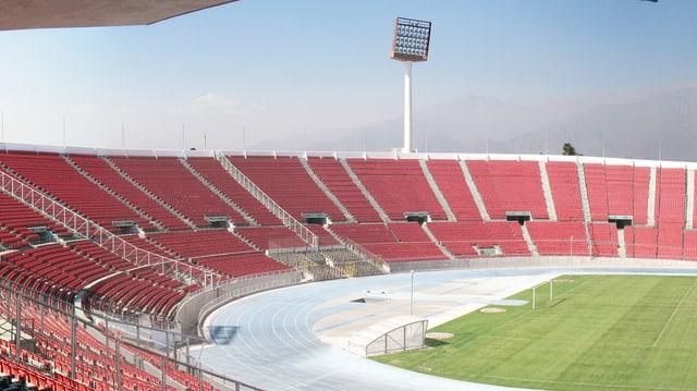 Leere Tribüne eines Fussballstadions in Chile.