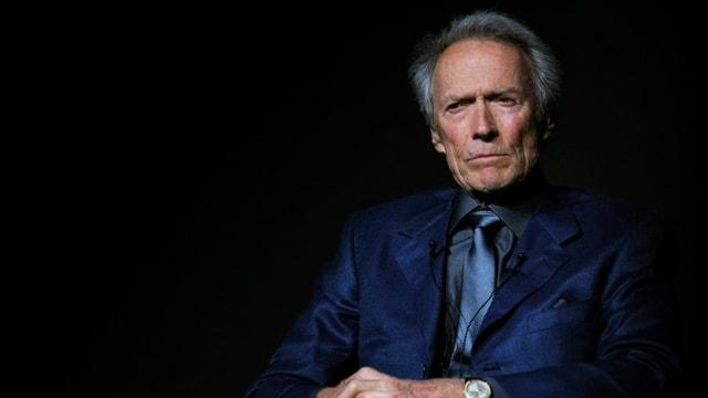 Clint Eastwood sitzend.