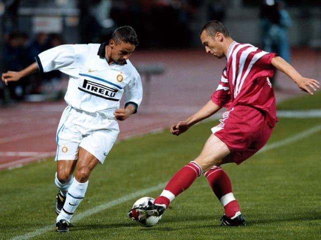 Ein Skonto-Spieler setzt sich 1998 gegen Roberto baggio durch.