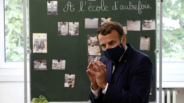 Macron besucht Schule mit Mundschutz