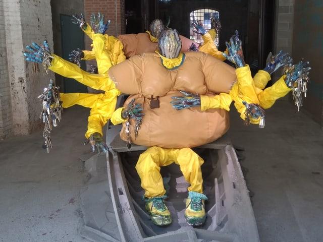 Boot mit gelben Figuren.