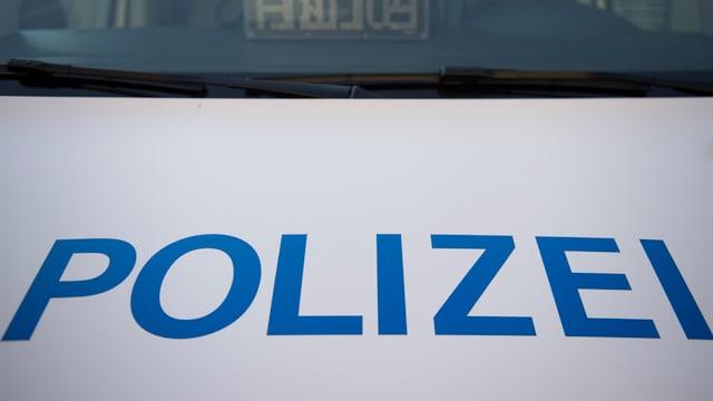 Die Schrift «Polizei» auf einem Fahrzeug