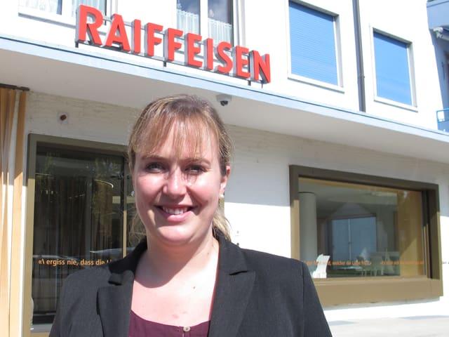 Daria Winkelmann vor der Raiffeisenbank in Alchenflüh.