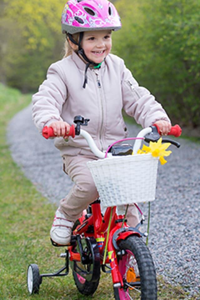 Prinzessin Estelle auf dem Fahrrad mit Stützrädern.