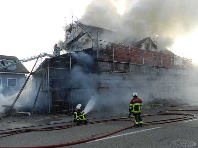 Die Feuerwehr löscht in Bözen.