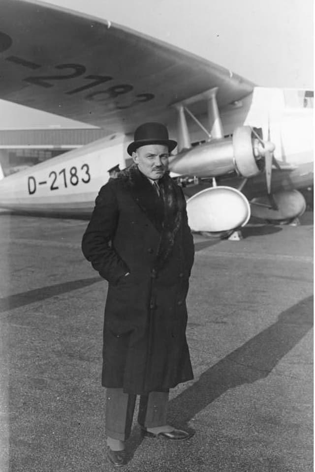 Claude Dornier vor einer Do K-3, deren Erstflug 1931 stattgefunden hatte.