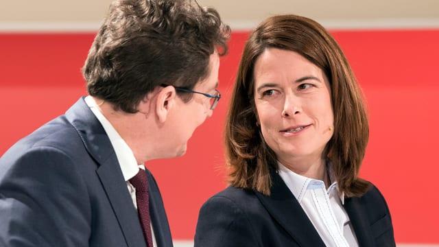 Rösti und Gössi vor rotem Hintergrund.