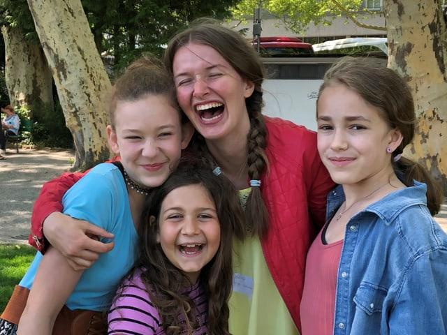 Vier Zambo-Mitglieder lachen zusammen