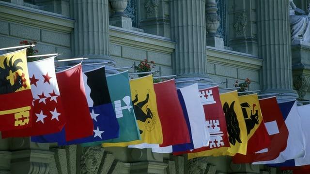 Kantonsfahnen am Bundeshaus