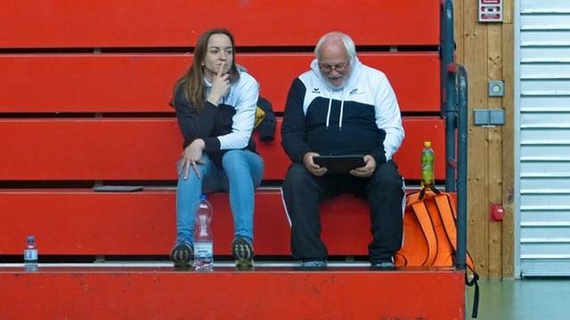 Werner Dietrich sitzt mit der Leichtathletik-Trainerin Sarah Weber auf einer Tribüne