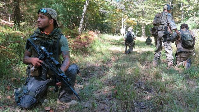 Milizionäre bei einer Übung im Wald.