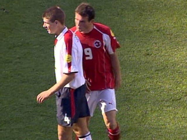 Alex Frei spuckt Englands Steven Gerrard in den Nacken.