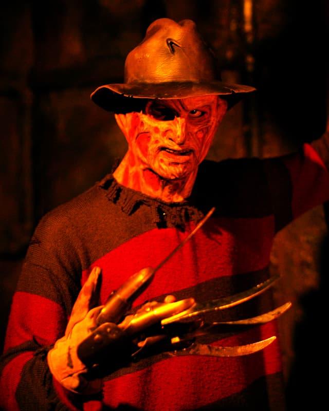 Die Filmfigur Freddy Krueger: Halbverwestes Gesicht, Lederhut und Messerfingern.