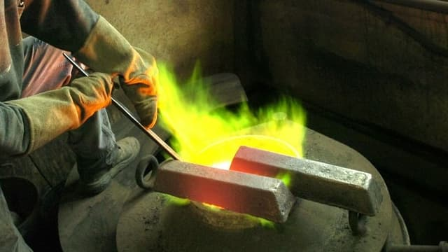 Metallbarren über grünen Flammen.