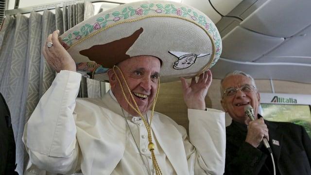 Papst Franziskus mit einem Sombrero.