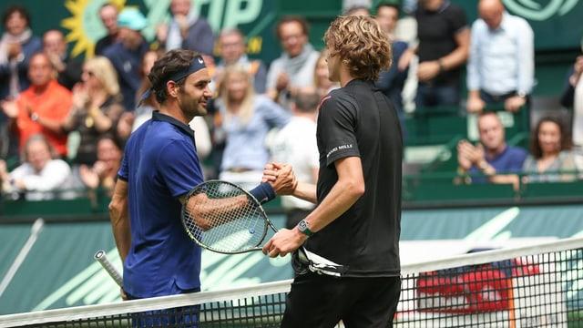Roger Federer gratulescha a ses adversari Alexander Zverev