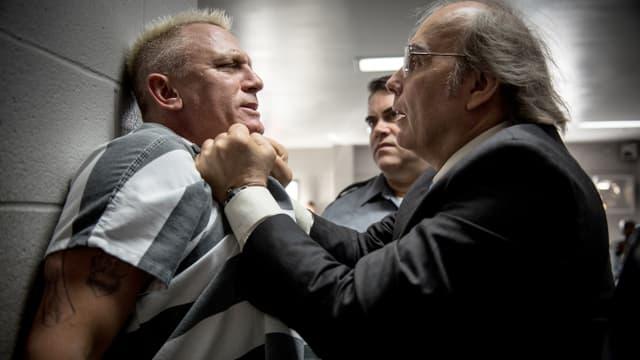 Der Gefängnisdirektor packt den Sträfling Joe Bang am Kragen.