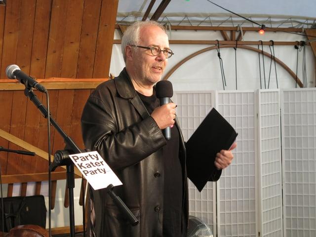 Intendant Dominique Mentha eröffnet das Fest vor dem Theater an der Reuss.