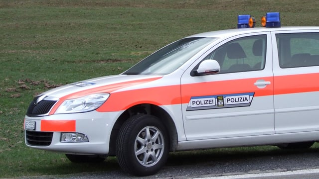 Auto da la polizia chantunala grischuna.