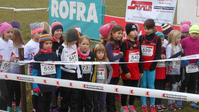 Kleine Mädchen auf der Startlinie.
