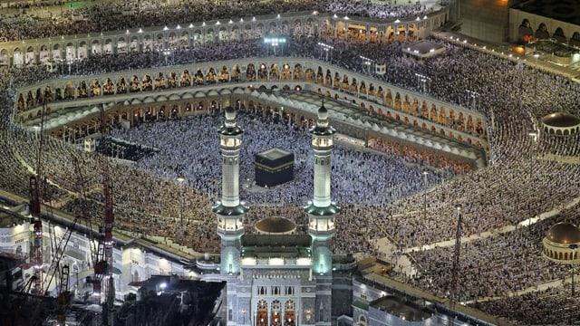 Pilger laufen um die Kaaba im Innenhof der Heiligen Moschee von Mekka