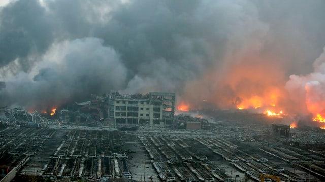 Pervia d'in incendi en in magasin cun chemicalias privlusas ha quai dà almain 2 explosiuns.