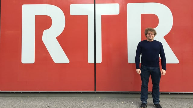 Simon Grimm avant il simbol RTR tar la chasa RTR.