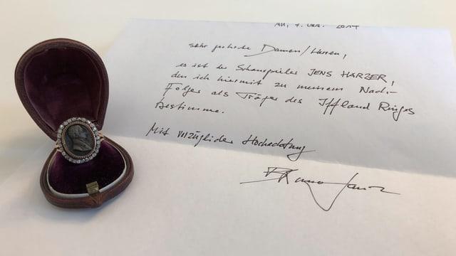 Ein Ring liegt auf einem Brief, geschrieben von Bruno Ganz